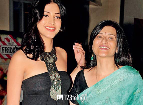 Shruthi-Hasan-with-her-moth